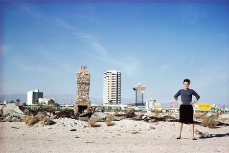 Дениз Скотт Браун за пределами Лас-Вегаса в 1966 году. Изображение из архивов Роберта Вентури и Дениз Скотт Браун © Robert Venturi