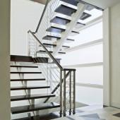 Лестница в интерьере коттеджа