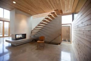 Интерьер коттеджа. Лестница на второй этаж оригинальной конструкции.