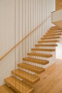 Лестница в коттедже. Оригинальная подвесная конструкция. Перила не перекрывают обзор.