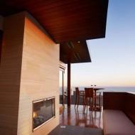 Небольшой двухэтажный коттедж с открытой террасой.
