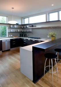 Открытая кухня на первом этаже коттеджа. Контрастное сочетание темного дерева и белых вставок.