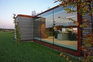 Большие окна коттеджа не разделяют, а объединяют с природой.