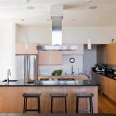 Вид на кухню со стороны гостиной.