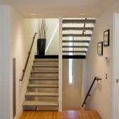 Интерьер коттеджа. Лестница между этажами