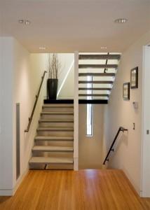 Интерьер коттеджа. Лестница между этажами, широкие удобные ступени.