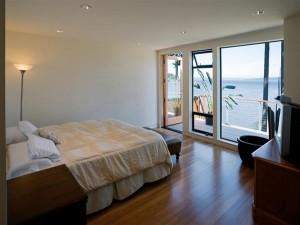 Внутренняя планировка коттеджа. Спальня. большие окна, прекрасный вид на озеро.