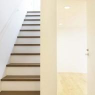 Узкая лестница без перил в японском частном доме