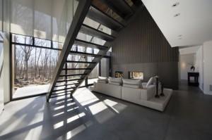 Проект двухэтажного деревянного коттеджа. Лестница на второй этаж