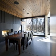 Интерьер столовой в коттедже с деревянным потолком