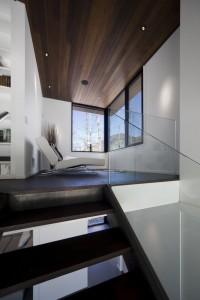 Лестница темного дерева ведущая на обзорную площадку на галерее второго этажа