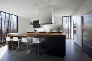 Интерьер кухни в коттедже