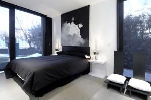 Интерьер загородного дома спальня. Оформление в черно-белых тонах.