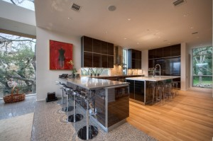 Столовая открытая кухня в интерьере коттеджа