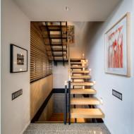 Узкая лестница в интерьере коттеджа