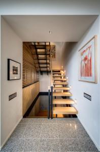 Узкая эстетичная лестница в интерьере коттеджа