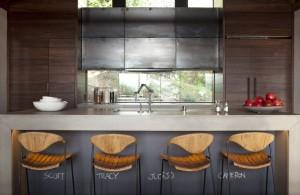 Внутренние интерьеры коттеджа. Кухня с барной стойкой