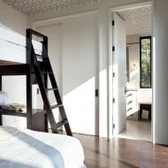 Внутренний интерьер одна из спален коттеджа