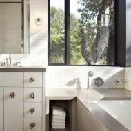 Ванна в комнате с окном в коттедже