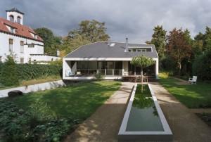 Проект красивого коттеджа. Вид со стороны внутреннего дворика