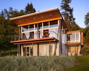 Мини дом на склоне берега озера фасад