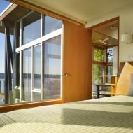 Спальня с большими окнами. Мини коттеджфото с сайта http://www.ecotectura.ru/ строительство и архитектура коттеджей.