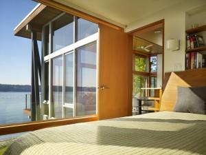 Спальня с большими окнами. Мини коттедж
