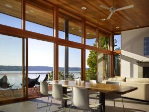 Гостиная с большими окнами. Дизайн интерьера коттеджа