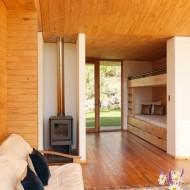 Спальня с камином. Дизайн интерьера коттеджа