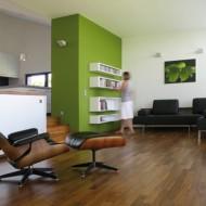 Гостиная с удобным креслом. Внутренняя отделка коттеджа