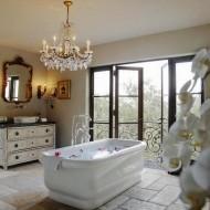 Ванная комната с большими окнами в светлых тонах. Интерьеры коттеджа