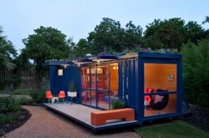Дом из контейнеров с окнами и небольшой террасой