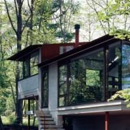 Большие окна смотрят прямо в лес. Проект небольшого коттеджа