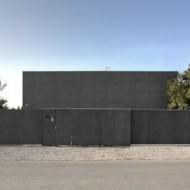 Безопасный монолитный коттедж с бетонной стеной как оградой