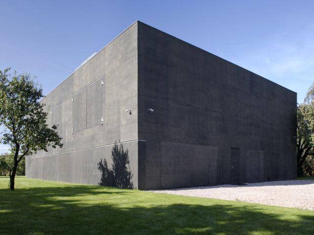 Коттедж из монолитного бетона с раздвижными окнами