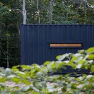 Проект небольшого дома в лесу из подручных материалов