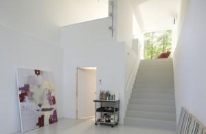 Лестница как элемент дизайна интерьера коттеджа