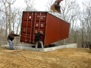 Момент строительства дома. Установка стен на фундамент