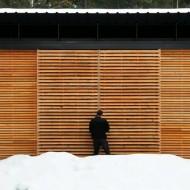 Проект мини коттеджа. Большие окна защищены деревянными жалюзи