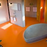 Каменная ванна в коттедже треугольной формы