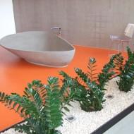 Общий вид санузла в коттедже, яркий оранжевый бесшовный пол.