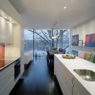 Продолговатая открытая кухня в коттедже