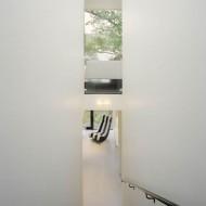 Узкая лестница между этажами коттеджа