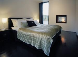 Спальня в черно-белых тонах в современном коттедже