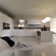 Открытая кухня в коттедже в белых тонах