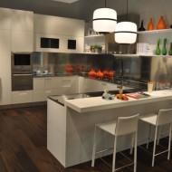 Кухня со стойкой и высокими стульями