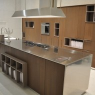 Дизайн интерьера коттедже. Кухня с отдельно стоящим столом