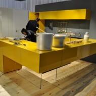 Открытая кухня ярко желтая