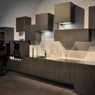 Кухня в коттедже. Темные ящики с подсветкой висящие на разном уровне
