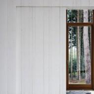 Коттедж построен из просмоленной древесины